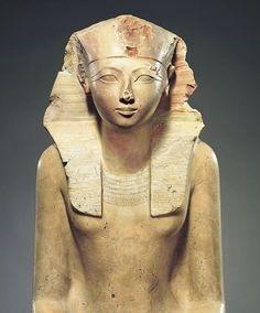 """La reine Hatshepsout a été une femme importante dans l'histoire de l'Égypte pharaonique, puisqu'elle est parvenue à assurer la régence et à exercer le pouvoir d'un pharaon, alors qu'il était en réalité réservé aux hommes. Un pouvoir qui a dérangé et qui lui a valu d'être """"effacée"""" de l'Histoire! Or, l'Université de Winnipeg annonçait ce samedi l'identification de deux objets lui ayant appartenu et se trouvant dans une de leur collection. Une découverte fascinante!"""