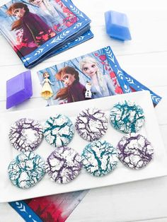 Frozen Inspired Crinkle Cookies- Crinkle cookies in purple and blue inspired by the new Frozen 2 movie- Anna's bright pink colored and Elsa's blue! Frozen Themed Birthday Party, Frozen Party, 4th Birthday, Birthday Party Themes, Birthday Ideas, Olaf Cookies, Frozen Cookies, Nutter Butter Cookies, Chocolate Crinkles
