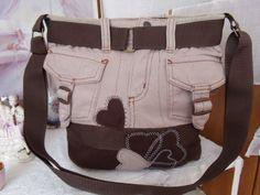 Kabelka riflová kabelka je ušitá z rifloviny 4 kapsy zapínání na zip- našité aplikace praní na 30 velikost 35x30 cm