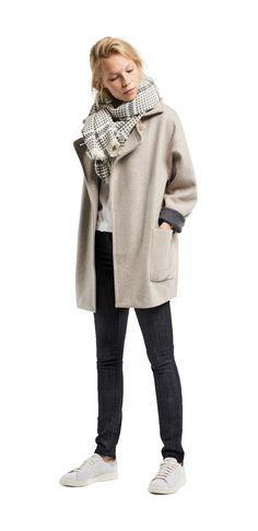 Damen Outfit Herbst-Begleiter von OPUS Fashion: weiße Bluse, beiger Mantel, beiger Schal, schwarze Hose