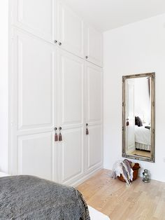 built-in closet / storage behind our bedroom door like this Bedroom Closet Doors, Home Bedroom, Bedrooms, Build A Closet, Home Garden Design, Built In Cabinets, Built In Wardrobe, Furniture Inspiration, Built Ins