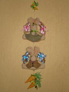Pingente para porta ou parede. Guirlandas de capim com coelhos em pelúcia, cenouras em feltro. R$ 20,00 ou $11,00