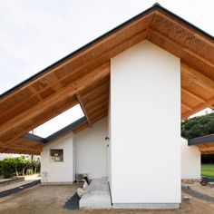 Japanese studio Katsutoshi Sasaki + Associates has built a house' in Japan with a cross-shaped plan and huge overhanging eaves that shelter four covered gardens. House Eaves, House Roof, Aichi, Long Room, Covered Garden, Interior Minimalista, Roof Architecture, Japanese Architecture, Ground Floor Plan