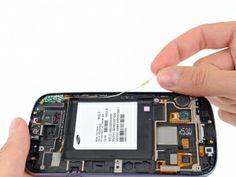 Schritt 1 -       Ziehen Sie das Antennenkabel aus seiner Aussparung in der Frontplatte. Entfernen Sie das Antennenkabel nicht vollständig, es ist immer noch an die Antennenplatte angeschlossen.