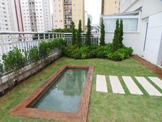 Um jardim em estilo Toscano, em plena cidade de SP. No pátio de um apartamento térreo. Projeto Marisa Lima Paisagismo
