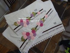 LOY HANDCRAFTS, TOWELS EMBROYDERED WITH SATIN RIBBON ROSES: Jogo de Toalhas Karsten 1 de rosto e 2 de banho, b...