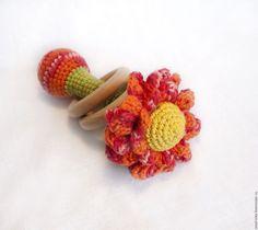 Купить Погремушка Цветок с деревянными колечками - коралловый, красный, погремушка, погремушка вязаная, грызунок