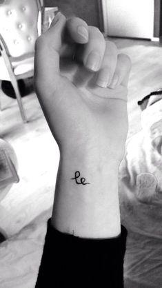 'Le' betekent 'Glimlach (smile)' in het Zweeds, 'Geluk (happiness)' in het Noors en 'Lachen (laugh)' in het Mandarijns.