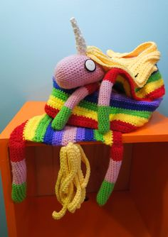 dickythump:  motleycraft-o-rama:  Lady Rainicorn Scarf by Cool Shoelaces on Deviant Art  I WANT ONE  I just want to cuddle with it..