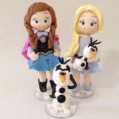 Anna, Elsa e Olaf na versão baby biscuit. Não é muito fofura? Peças lindas para utilizar em topo de bolo, enfeite de mesa ou decoração do quarto de menina. Tudo feito à mão com muito carinho.