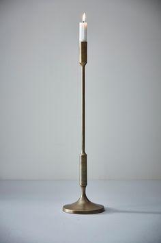 Ljusstake med antikfinish som utstrålar elegans och god smak.  Material: Aluminium. Storlek: Höjd 53 cm, bredd (fot) 14 cm. Beskrivning: Plätterad ljusstake i aluminium med antikfinish. Tips/råd: Skapa en trivsam stämning med ljusstakar i olika höjd.