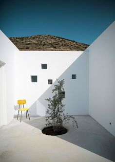 This brand new house is located on the island of Paros in the settlement of Kamari. For this project, the architects Natasha Deliyianni and Yiorgos Spiridonos, (REACT ARCHITECTS)  have reinterpreted the cubic cycladic architecture with a modern. Cubic Architecture, Minimalist Architecture, Interior Architecture, Patio Interior, Interior And Exterior, Interior Design, Small Boutique Hotels, Casa Patio, Small Courtyards