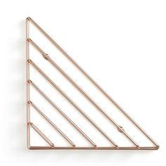 Oryginalna dekoracja ścienna pod postacią niewielkiej półeczki o nietypowej, geometrycznej konstrukcji. Ma kształt trójkąta poprzecinanego liniami, który został wykonany z metalu w odcieniu miedzi. Może wisieć samodzielnie lub w zestawie kilku sztuk...