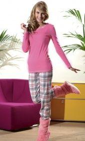 Bawełniana piżama damska.  Góra piżamy z długim rękawem.  Bluz gładka z różowym kolorze,  jedyna ozdoba są białe obszycia przy dekolcie i mankietach  Spodnie długie, w pasie gumka,  różowo-biała kratka.  Materiał - 100 % bawełna.  POLSKI PRODUCENT DOBRANOCKA