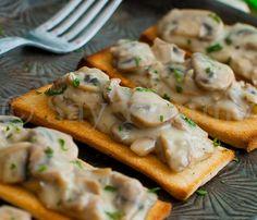 I crostini con champignon in crema sono un delizioso e delicato antipasto, croccanti e cremosi insieme. Ideali per il pranzo o la cena. Ricetta facile ed economica