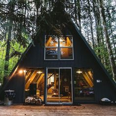 I love this cabin! @aprilloyle --------------------------- #CabinDaily | Tag a Friend