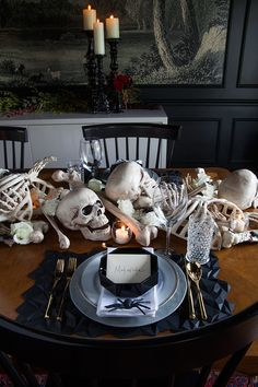 When you have plan for halloween table settings , you need to recall at all times about fun, traps and treats. Try not to be reluctant to put it all out there and you'll have a win each Halloween. Halloween Table Settings, Halloween Table Decorations, Halloween Party Themes, Halloween Home Decor, Halloween Ideas, Halloween Tricks, Halloween Celebration, Spooky Halloween, Holidays Halloween