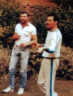 Everyone knows about Freddie Mercury, the flamboyant singer of Queen, but fewer folks know about his longterm boyfriend, Jim Hutton, and their relationship. <>< thought they were husbands? Queen Freddie Mercury, Jim Hutton Freddie Mercury, Freddie Mercury Boyfriend, Garden Lodge, King Of Queens, Roger Taylor, Somebody To Love, Queen Band, Brian May