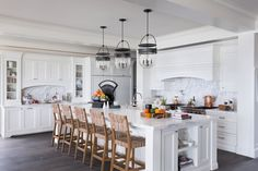 East coast meets west coast in this California beach house The interiors of this traditional Cape Cod-inspired beach house is the work of Brown Design Group, located in Dana Point, California. White Coastal Kitchen, Coastal Living, Küchen Design, House Design, Design Elements, Design Ideas, Design Styles, Blog Design, Kitchen Tops