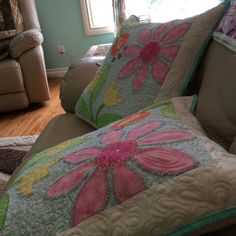 Love these pillows Quilts, Blanket, Pillows, Rugs, Bed, Projects, Home Decor, Log Projects, Homemade Home Decor