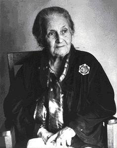 La italiana Maria Montessori fotografiada a su llegada a Pakistán, tras ocho años en la India, donde se disponía a desarrollar su método pedagógico.