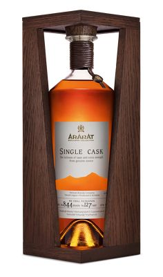 ARARAT Single Cask on Packaging of the World - Creative Package Design Gallery Whiskey Decanter, Whiskey Bottle, Tequila, Bottle Display, Alcohol Bottles, Single Malt Whisky, Scotch Whiskey, Bottle Packaging, Wine And Beer