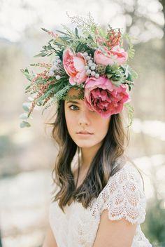 Pura inspiración de la mano de de Floristería La Trastienda y el fotógrafo Pablo Laguía #flowercrown #coronaflores #tocadoflores #tendenciasdebodas