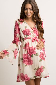 Amazing maternity looks including, tops, dresses, photoshoot maxi dresses, pants and shorts. Look fashionable and gorgeous! Floral Maternity Dresses, Cute Maternity Outfits, Pregnancy Outfits, Pink Blush Maternity, Maternity Wear, Maternity Fashion, Pregnancy Dress, Casual Maternity, Cute Outfits