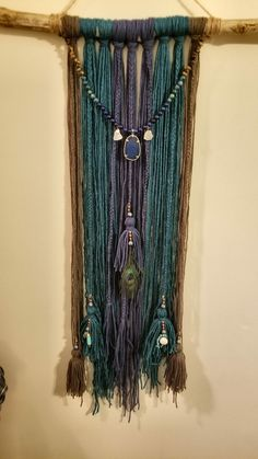 This i want to try. Simple yet unique wallhanging. Macrame Wall Hanging Diy, Macrame Art, Macrame Projects, Hanging Wall Art, Wall Hangings, Yarn Wall Art, Diy Wall Art, Textile Fiber Art, Macrame Design
