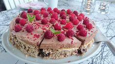 Saras madunivers: Nødde & chokoladebund med chokomousse og friske hindbær(glutenfri).