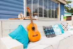 Laat maar eens zien wat je kan op de gitaar! De perfecte plek om met z'n alle liedjes te zingen.  #veranda #decoratie #summervibes #glamping #stoerbuiten Ibiza, Glamping, Summer Vibes, Nespresso, Home Appliances, House Appliances, Glam Camping, Appliances, Ibiza Town