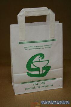 Bolsas de papel de asa plana con impresión para farmacias con base y fuelles en los laterales.