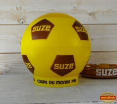 Objet Pub ... Seau à glace Ballon de foot SUZE ** Coupe du monde Football 1986 **  ... sur www.mulubrok.fr ... Coin, Soccer Ball, Collection, Ice Buckets, European Football, European Soccer, Soccer, Futbol