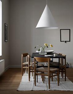 Top 4 trends im skandinavischen Interieur. Dining Table Lighting, Dining Area, Dining Chairs, Dining Furniture, Scandinavian Interior Design, Scandinavian Living, Monochrome Interior, Rooms Ideas, House Doctor