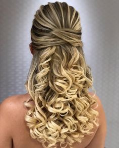 Check out these hair products that are popular. Elegant Hairstyles, Bride Hairstyles, Pretty Hairstyles, Medium Hair Styles, Curly Hair Styles, Hair Due, Quinceanera Hairstyles, Short Curly Hair, Bridesmaid Hair