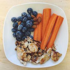 """""""En stor morgenmad med kæmpe blåbær, kylling, gulerødder og mandler. Derefter står dagen på løb, bentræning og så en hel dag med læsning. God tirsdag til alle! #vsco #vscocam #foodvsco #health #healthy"""