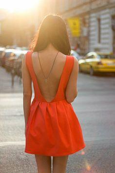 V Ausschnitt am Rücken rotes Kleid kurz
