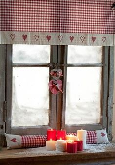 I love the red and white check fabric Country Decor, Country Style, Deco Champetre, Red Cottage, Red Gingham, Scandinavian Christmas, Home And Deco, Valentine Decorations, Red Christmas
