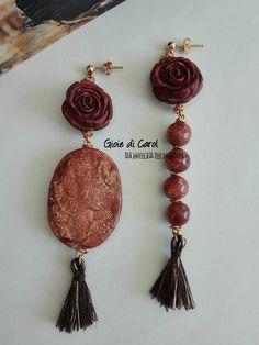 Orecchini pendenti con perle, rose e cammeo in fimo, nappine, marrone, perno…
