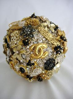 Vintage-inspired Gold and Black Wedding Bouquet of Brooches - so glam! #wedding #bouquet #vintagewedding #gold #goldblack