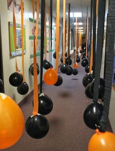 Haunt Your House: Balloon-Filled Hallway ? For a kid-friendlier Halloween hallway in your haunted house, consider hanging a billion orange and black balloons from streamers. This is an instant reminder of the season, making things that much more fun for Spooky Halloween, Halloween Tanz, Halloween Class Party, Halloween Karneval, Holidays Halloween, Halloween Crafts, Halloween Balloons, Halloween Buffet, Halloween For Kids