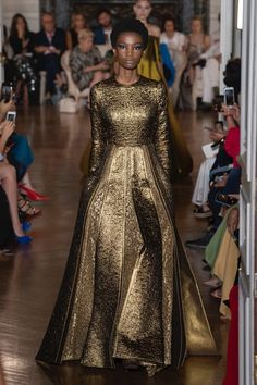 The complete Valentino Fall 2018 Couture fashion show now on Vogue Runway. Valentino Couture, Valentino Paris, Collection Couture, Fashion Show Collection, Winter Collection, Beautiful Gowns, Beautiful Outfits, Runway Fashion, High Fashion
