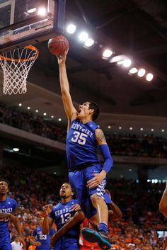 Kentucky's Derek Willis (35) shot and scored during the first half against Auburn on Saturday in Auburn, Ala.