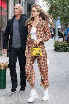 Джиджи Хадид в ботинках Dr. Martens и очках Linda Farrow х Dries Van Noten в Нью-Йорке
