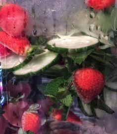 Kurkku-mansikkavettä