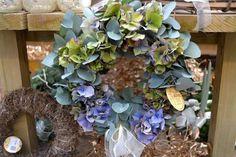 Živý věnec z eucalyptu a hortenzie Floral Wreath, Wreaths, Christmas, Home Decor, Xmas, Floral Crown, Decoration Home, Door Wreaths, Room Decor