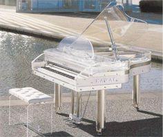 A 'cantora jornalista' Alessa Camarinho busca responder a uma pergunta bem simples, cuja resposta está escondida em meio ao emaranhando de cores e tons da metrópole: onde estão os pianos?