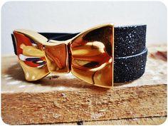 Pulseira com fecho de laço em ferro dourado. <br> <br>A pulseira é feita nos tamanhos P, M e G com, respectivamente, 21, 23 e 25 centímetros.