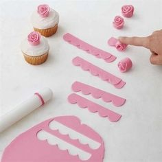 Easy Blooms Flower Cut-Outs - If you never thought you could make a fondant flower, think again. These Easy Blooms flower cut-out - Fondant Figures, Fondant Cake Toppers, Cupcake Cakes, Car Cakes, Cupcake Toppers, Mini Cakes, Diy Cupcake, Rose En Fondant, Fondant Flowers