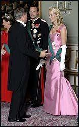 MOTTAKELSESKOMITE: Her hilsen kronprinsparet på statsminister Kjell Magne Bondevik. 2004 Statsbesøk fra Italia. Ametystsmykkene. Foto: Scanpix